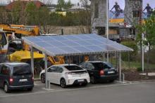 EUROSOL Carport mit Elektroauto am Firmensitz