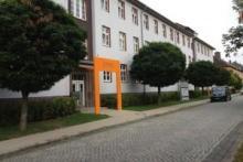 Eingang zum götec-Haus, kostenlose Parkplätze vor und hinter dem Haus (Besucherparkplatz)