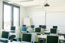 Heller & moderner IT-Schulungsraum