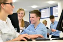 Auch außerhalb der Vorlesungsräume bietet die HSW beste Lernbedingungen. An PC-Arbeitsplätze im Foyer können Sie Rechercheaufgaben oder Gruppenarbeiten durchführen.
