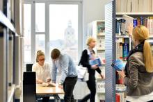Auf über 220 Quadratmetern bietet die Bibliothek Zugriff auf ca. 11.000 Medien und 79 Zeitschriften