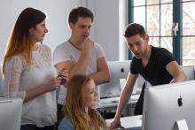Studierenden im Mac-Raum